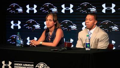 Ray Rice en conferencia de prensa el 23 de mayo del 2014 junto a su espo...