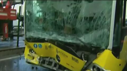 Con una sombrilla, pasajero ataca a chofer de autobús causando terrible...