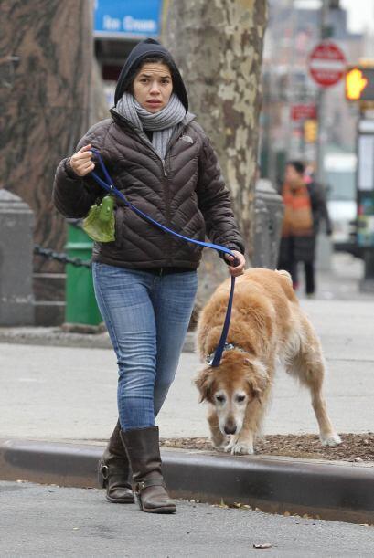America Ferrera sacó a pasear a su perro en Manhattan, muy abrigada y si...