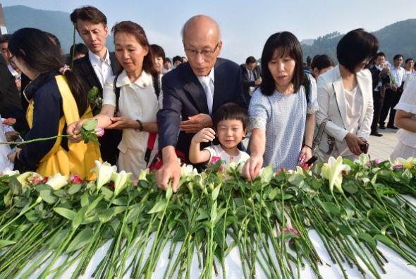 Los seguidores de la Iglesia de la Unificación en Corea del Sur ponen fl...