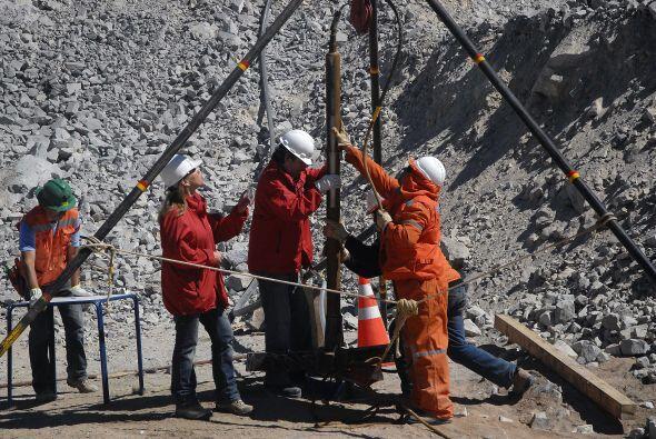Los 33 mineros, atrapados en ese yacimiento, mantienen contacto con el e...