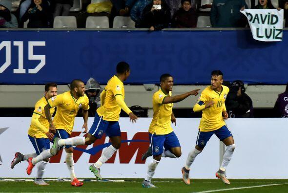 Neymar le puso un pase exacto a Douglas Costa en medio de los defensores...