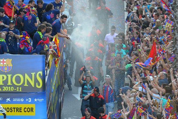 Los futbolistas, el equipo técnico, y los hinchas barcelonistas (culés)...