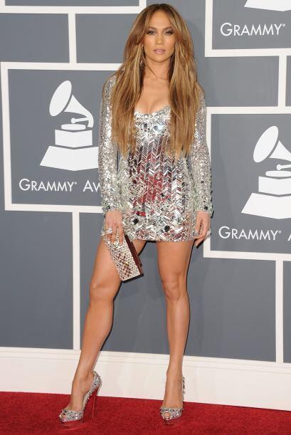 Con esa melena lacia, el radiante mini vestido plateado y los impactante...