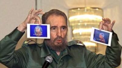 El ex mandatario de Cuba, Fidel Castro, muestra las fotografías del an...