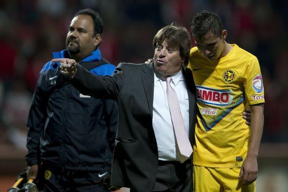 El 'Piojo', tras la derrota en el partido consoló a sus jugadores. Todav...