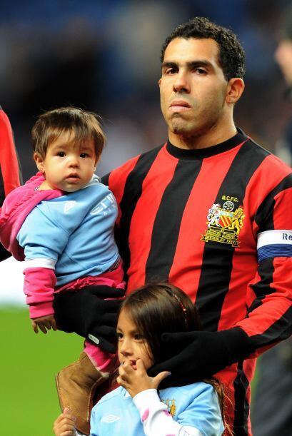 Carlos Tévez salió al campo con sus hijos.