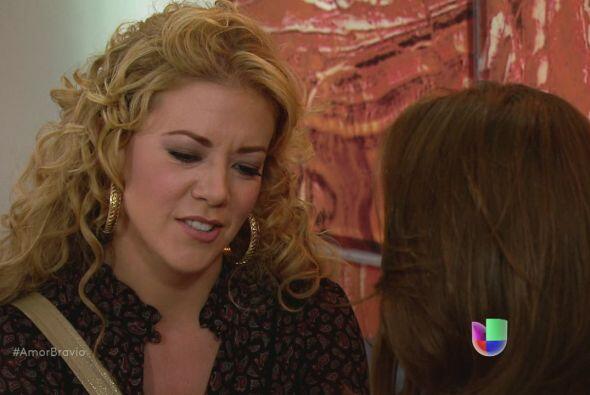 Viviana siente que Román está lejos de ella, quiere adoptarlo de inmedia...