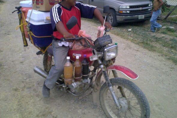 Este hombre tiene todo su negocio en una motocicleta! Eso es ser eficien...