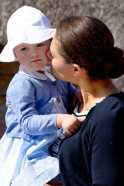 La niña, vestida con una rebeca azul y un sombrero que la proteg&...