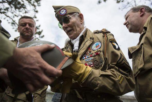 El veterano belga de la Segunda Guerra Mundial George Michels, quien vol...