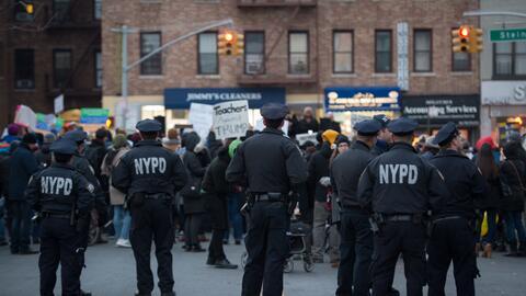 Miembros del NYPD durante una manifestación por los inmigrantes musulman...
