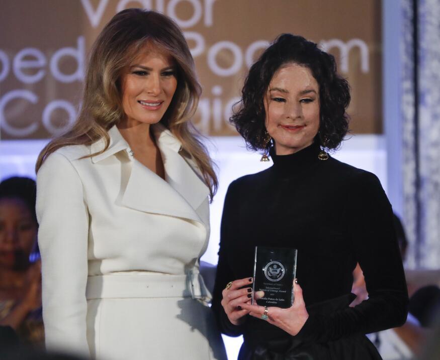 La primera dama de Estados Unidos, Melania Trump, le entregó a la colomb...