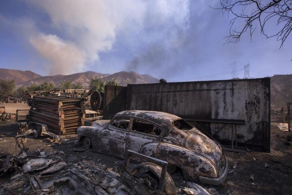 Un auto antiguo quemado en Sylmar, en el norte de Los Ángeles. El fuego...