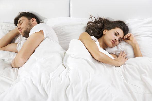 Irse a la cama por separado: Ya sea por el estilo de vida que llevan o p...
