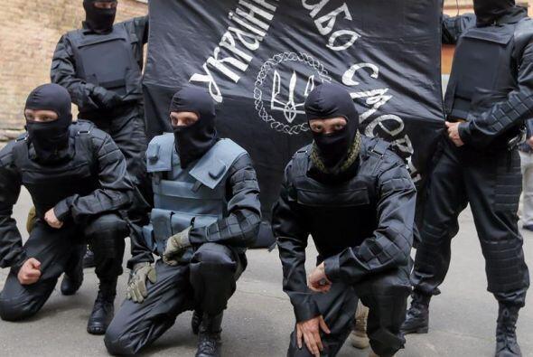 """Nuevos soldados ucranianos del batallón """"Azov"""" posan tras su ceremonia d..."""