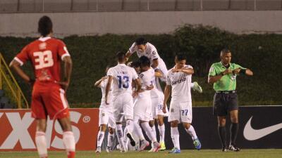 Comunicaciones festeja el único gol del partido.