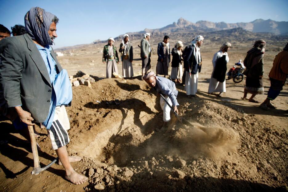 Yemen: Hombres cavan una tumba para las víctimas de un ataque aéreo al n...
