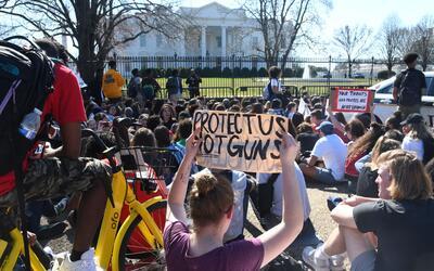 Estudiantes protestaron contra las armas frente a la Casa Blanca, luego...