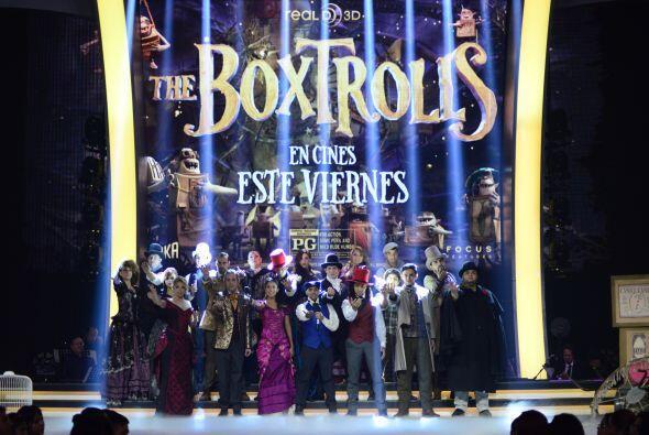 Los concursantes se lucieron en el escenario, festejando el estreno de l...
