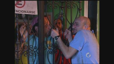 Vecinos | Luis se pelea a golpes con el 'ojitos'