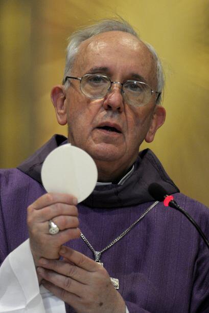Bergoglio costumbra a viajar en transporte público e incluso acude a con...
