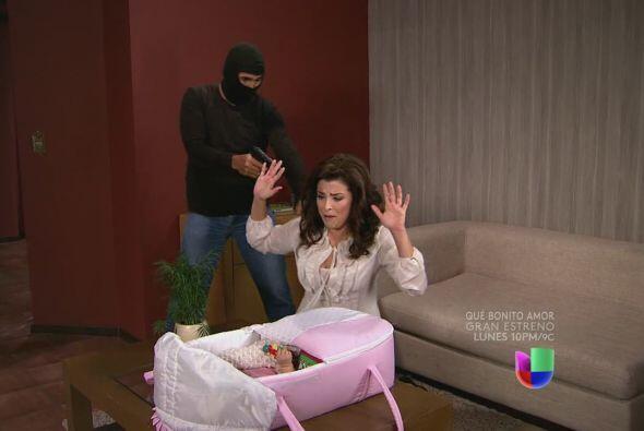 Unos hombres llegan y la amenazan con pistola en mano.