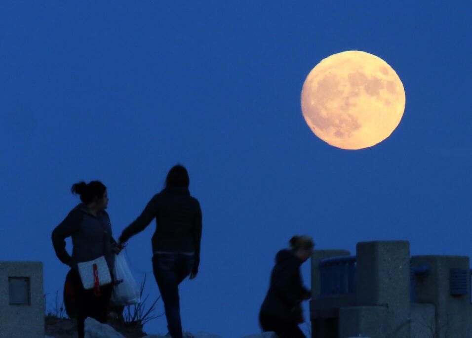 Divisando la superluna en Wisconsin