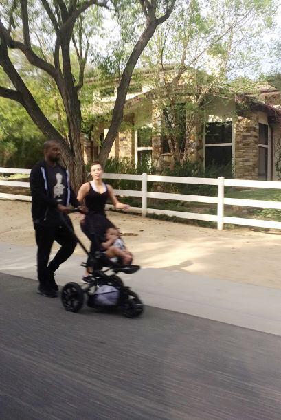 Kim salió a pasear junto a Kanye West y su bella nena, North. Mir...
