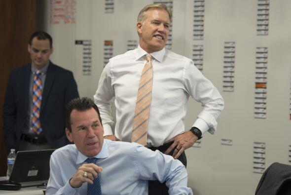 El head coach de los Broncos, Gary Kubiak y el vicepresidente del equipo...