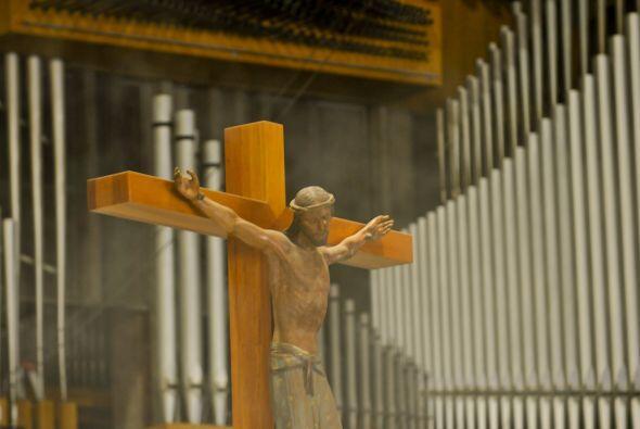 La Basílica de Guadalupe es un recinto edificado para la tambi&ea...