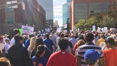 Cientos se reunieron en Fort Worth para protestar contra la violencia ca...