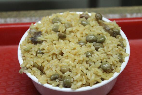 ¡Arroz! mucho arroz para los boricuas. Con gandules, con habichuelas, co...