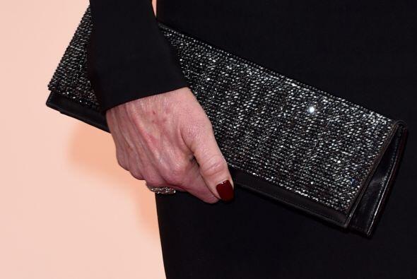 Melanie Griffitt portó un vestido negro y un rojo sangre en las uñas, un...