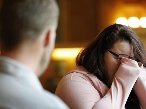 Una mujer se encuentra con el hombre que recibió el rostro de su marido...
