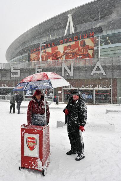 Algunos fanáticos llegaron con esperanzas de ver a su equipo pero quedó...
