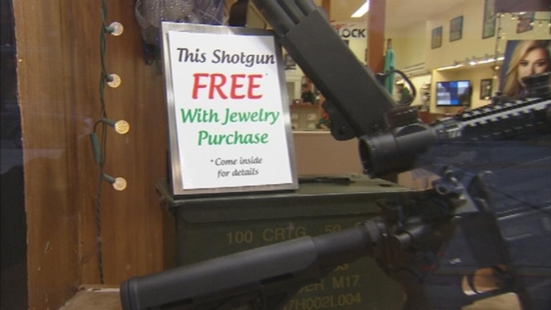 FL: Tienda regala escopeta con la compra de joyas