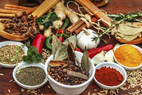 Condimentos. Las especias como canela, pimentón, comino y pimienta, entr...
