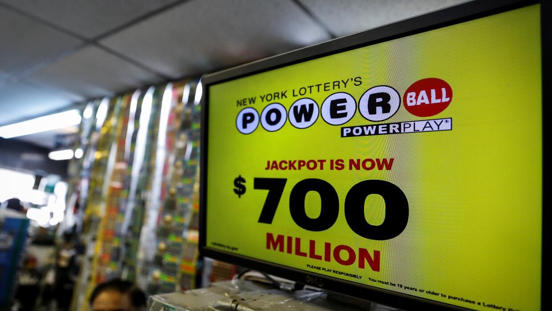 Una tienda en Nueva York despliega el gran premio del Powerball, que sub...