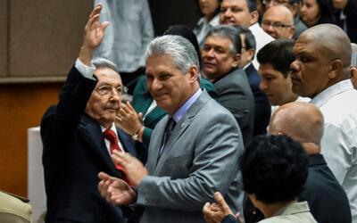 Raúl Castro saluda a la Asamblea del Poder Popular junto al candi...