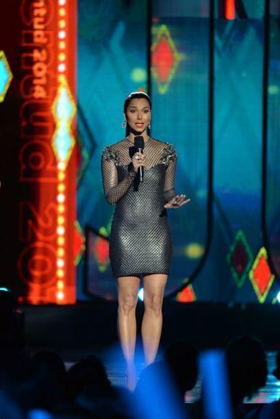 Roselyn Sánchez hizo una aparición especial para presentar al cantante E...