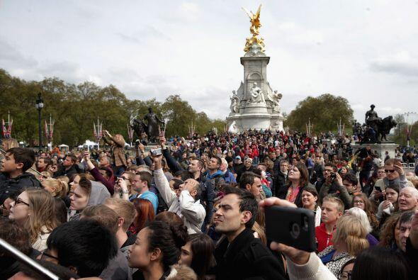 Cientos de turistas se reunieron afuera del palacio de Buckingham.