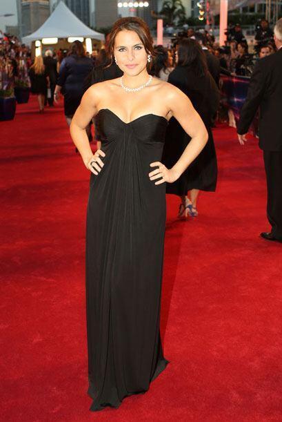 Lilia Luciano fue a la fija con el color y el vestido la hizo ver sexy.