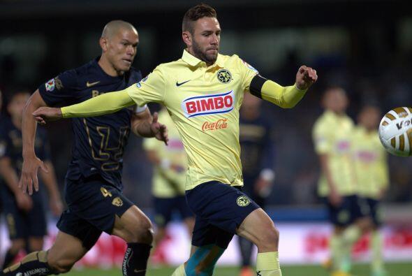 Miguel Layún intenta dominar el balón ante el férreo marcaje del central...