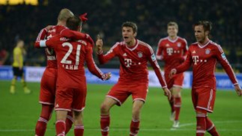 Los jugadores el Bayern felicitan aArjen Robben tras si gol.