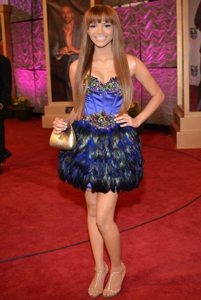 Leslie Grace llegó con un vestido, con detalles en pedrería y plumas.  L...