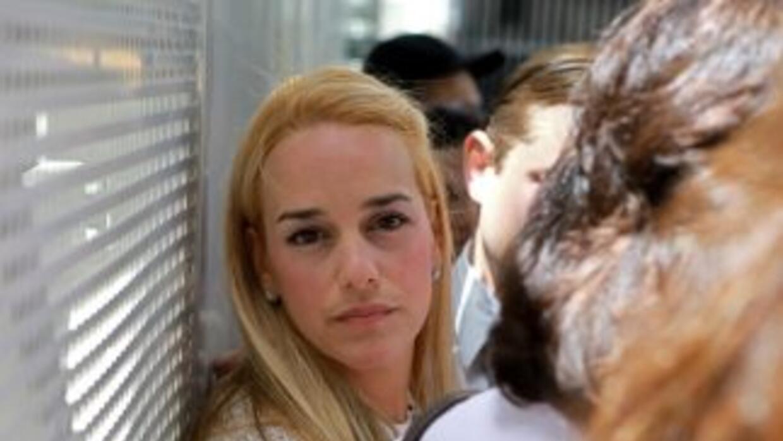 La esposa de López, Lilian Tintori, acudió al tribunal a primera hora en...