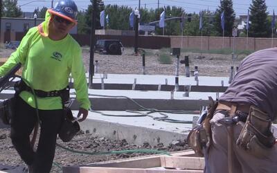 Piden a los trabajadores que se protejan del intenso calor y no expongan...
