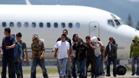 Un grupo de indocumentados guatemaltecos deportados de Estados Unidos ll...