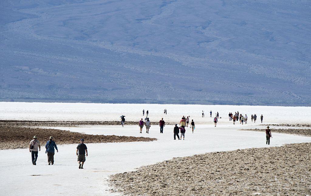 Los visitantes caminan en el parque nacional Death Valley ubicado en Cal...